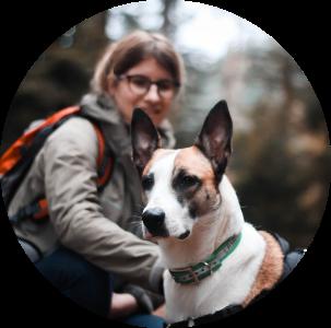 Léa Taroux, comportementaliste canin et son chien