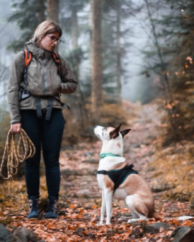 Chien et Léa Taroux, comportementaliste canin à St Dié